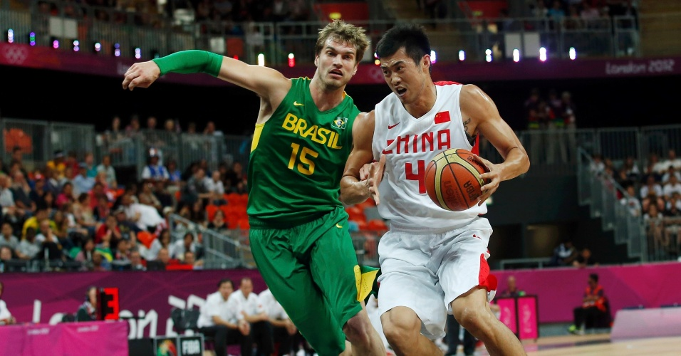 Tiago Splitter tenta conter ataque de jogador chinês em partida da primeira fase do basquete olímpico