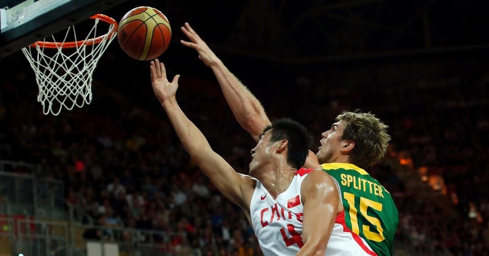 Tiago Splitter tenta o toco sobre atleta da seleção chinesa pelo torneio de basquete masculino