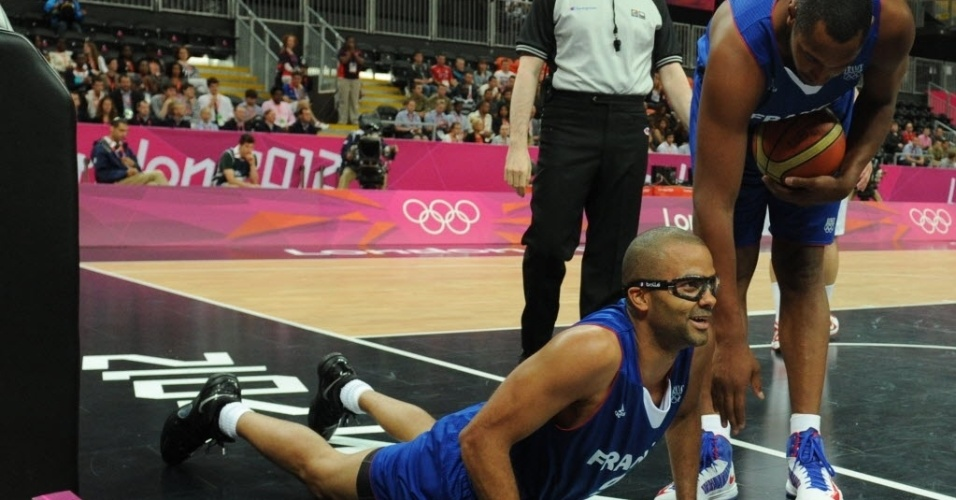 Tony Parker cai em quadra durante vitória da França sobre a Tunísia no basquete