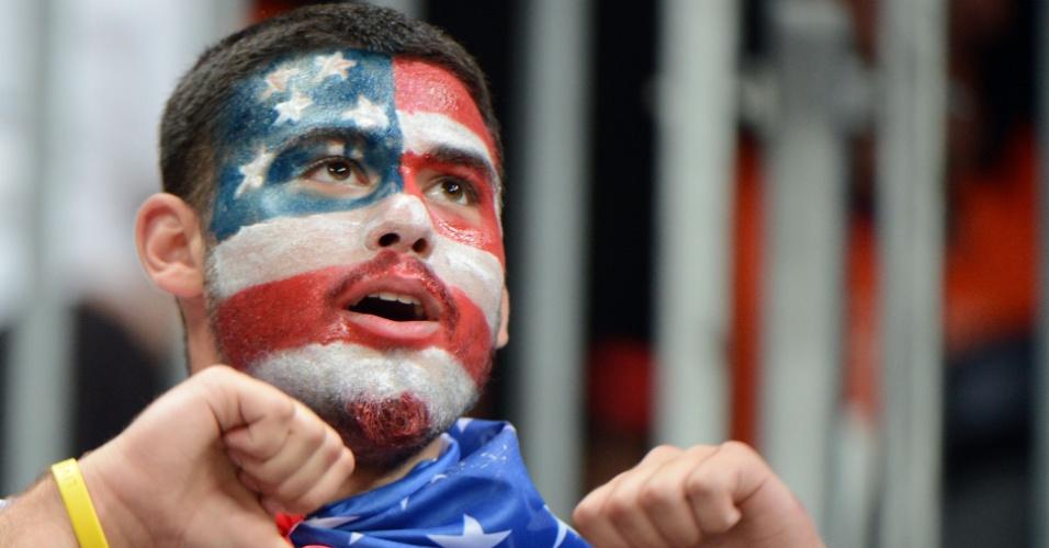 Torcedor norte-americano aguarda começo de partida entre Estados Unidos e Lituânia, pelo torneio olímpico masculino de basquete