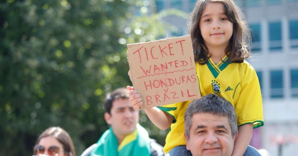 Torcedora brasileira segura placa com pedido de ingresso para jogo entre a seleção de Mano Menezes contra Honduras pelas quartas de final dos Jogos Olímpicos de Londres