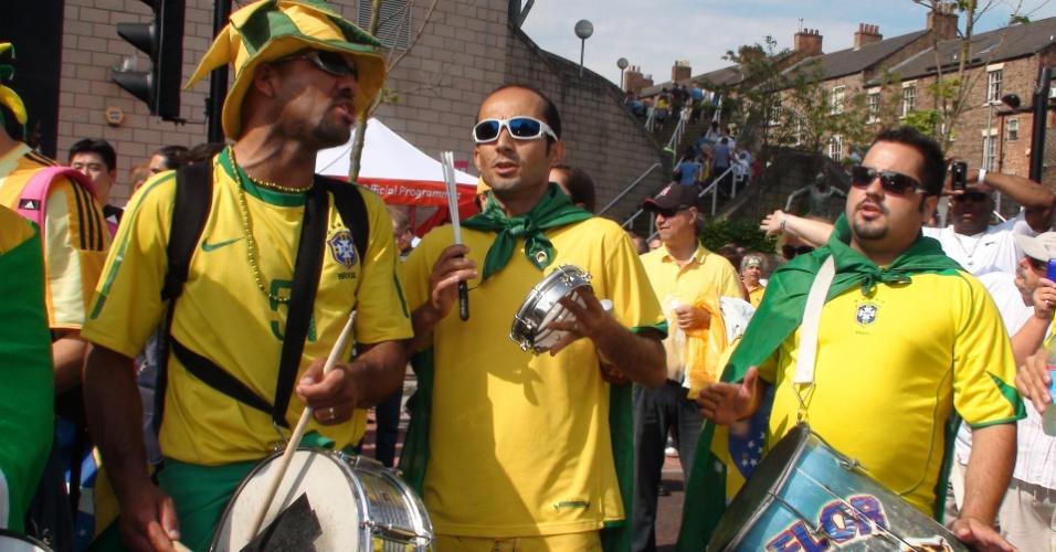 Torcedores brasileiros fazem festa antes da partida contra Honduras pelas quartas de final dos Jogos de Londres