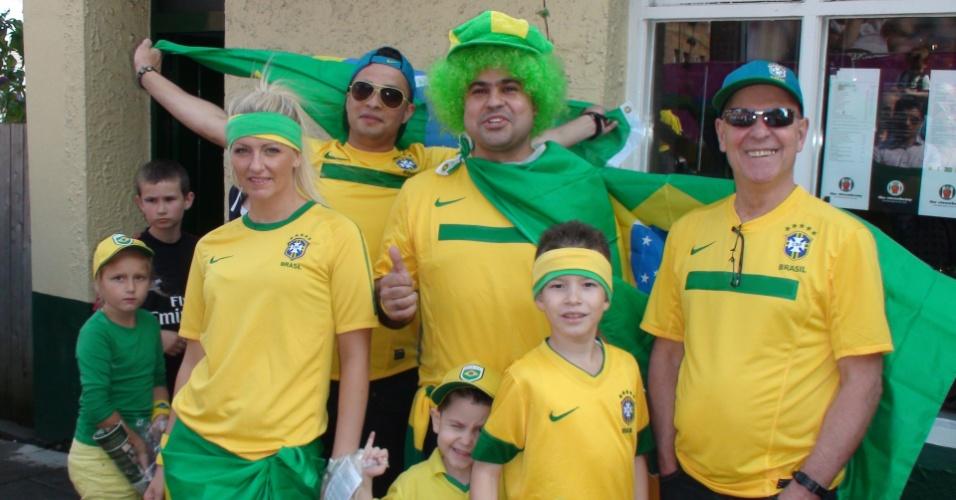 Torcedores brasileiros posam para foto antes da partida contra Honduras pelas quartas de final dos Jogos
