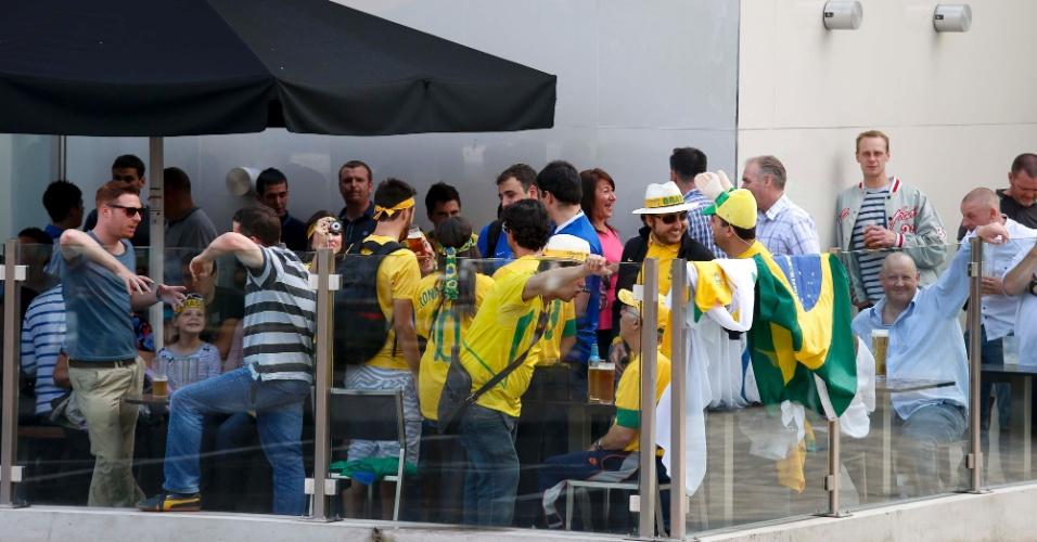 Torcedores brasileiros se reúnem em um pub em Newcastle antes do jogo contra Honduras pelos Jogos Olímpicos de Londres