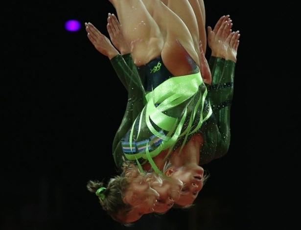 Uzbeque Ekaterina Khilko compete na eliminatória da ginástica de trampolim