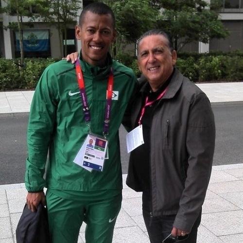 Velocista brasileiro Sandro Viana posa com o narrador Galvão Bueno antes de ir para a pista de atletismo