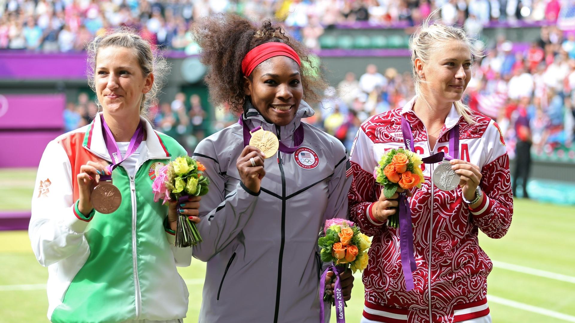 Victoria Azarenka (e), Serena Williams (c) e Maria Sharapova mostram as medalhas de bronze, ouro e prata conquistadas por elas no tênis olímpico (04/08/2012)