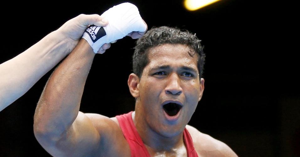 Yamagachi Falcão comemora vitória sobre chinês Fanlong Meng na categoria até 81 kg do boxe