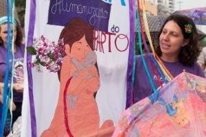 5.ago.2012 - Cerca de 200 pessoas participaram da Marcha pela Humanização do Parto na orla da praia de Ipanema