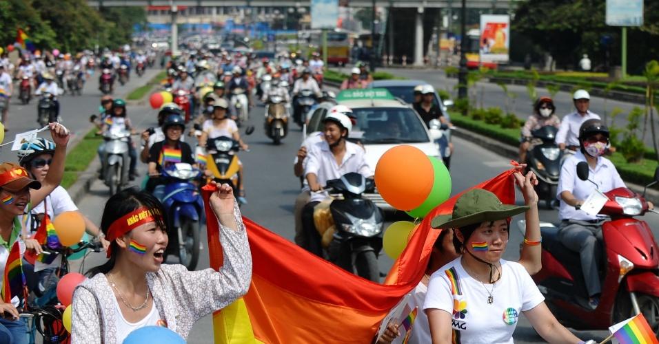 5.ago.2012 - Segurando balões e a bandeira do arco-íris, que é associada ao movimento gay, ciclistas participam da Parada Gay em Hanói, no Vietnã, neste domingo (5)