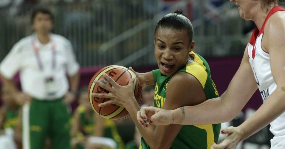A armadora brasileira Joice tenta passar pela marcação da adversária britânica durante a partida que encerra a fase de grupos dos Jogos