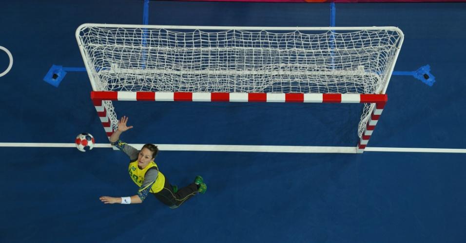 A goleira brasileira Chana salta para fazer a defesa na vitória do Brasil contra Angola