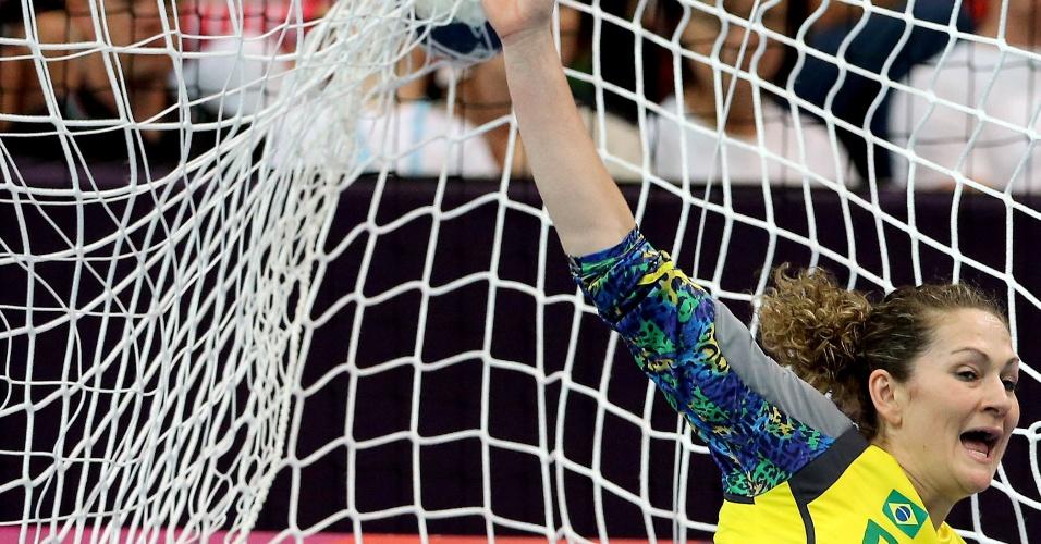 A goleira Chana tenta fazer a defesa na vitória do Brasil contra Angola