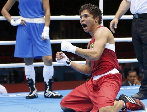 Adriana Araújo comemora a vitória no boxe feminino, já partindo para as quartas de final e ficando a um triunfo da medalha