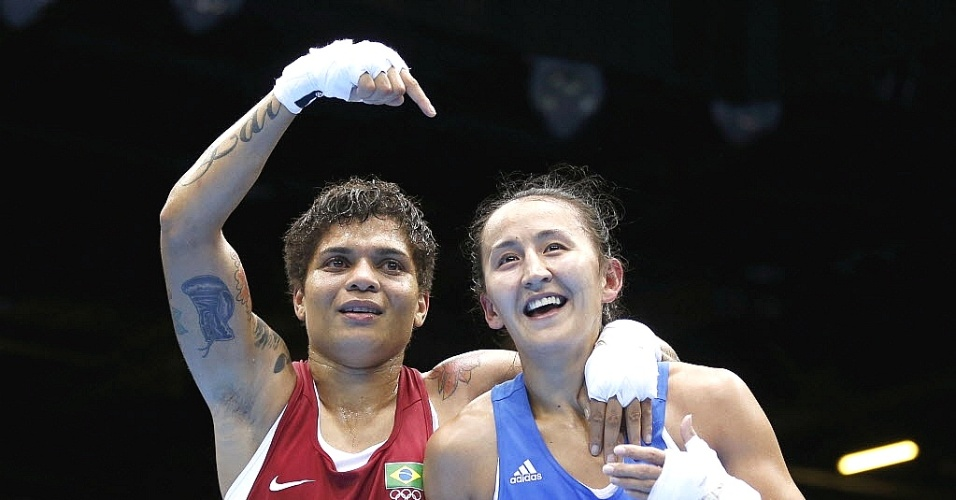 Adriana Araújo, do Brasil, comemora a primeira vitória do Brasil no boxe feminino, que estreou nas Olimpíadas neste domingo
