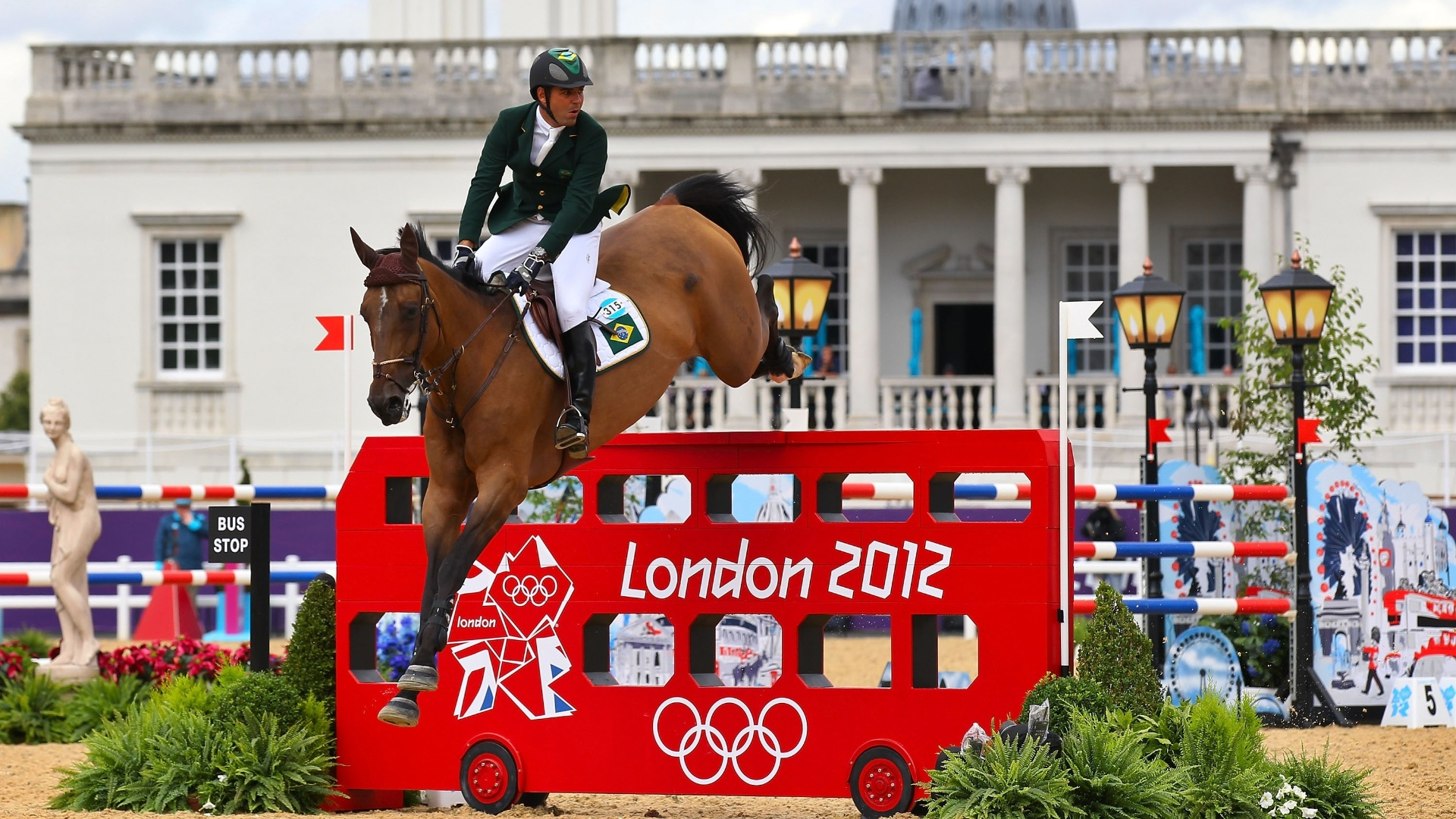 Álvaro Miranda, o Doda, salta sob obstáculo em formato dos ônibus de Londres durante a prova de saltos do hipismo