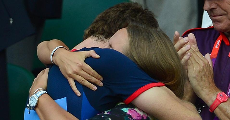 Andy Murray abraça a namorada Kim Sears logo após a vitória sobre Roger Federer