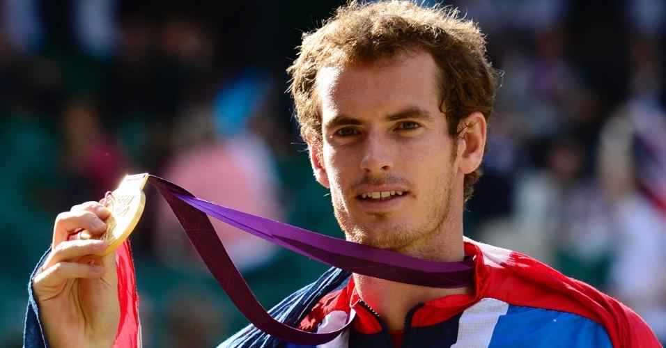 Andy Murray exibe a medalha de ouro conquistada no tênis masculino dos Jogos Olímpicos