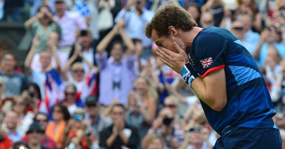 Andy Murray põe a mão no rosto após vitória sobre Federer enquanto torcida britânica vibra com o ouro do britânico