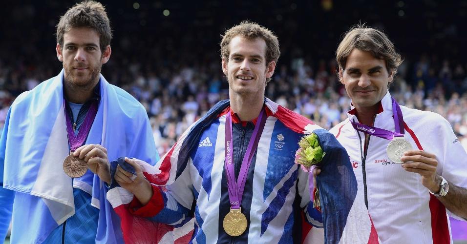 Argentino Juan Martin del Potro (esquerda) exibe a medalha de bronze ao lado de Andy Murray, medalha de ouro (centro) e Roger Federer, que ficou com a prata