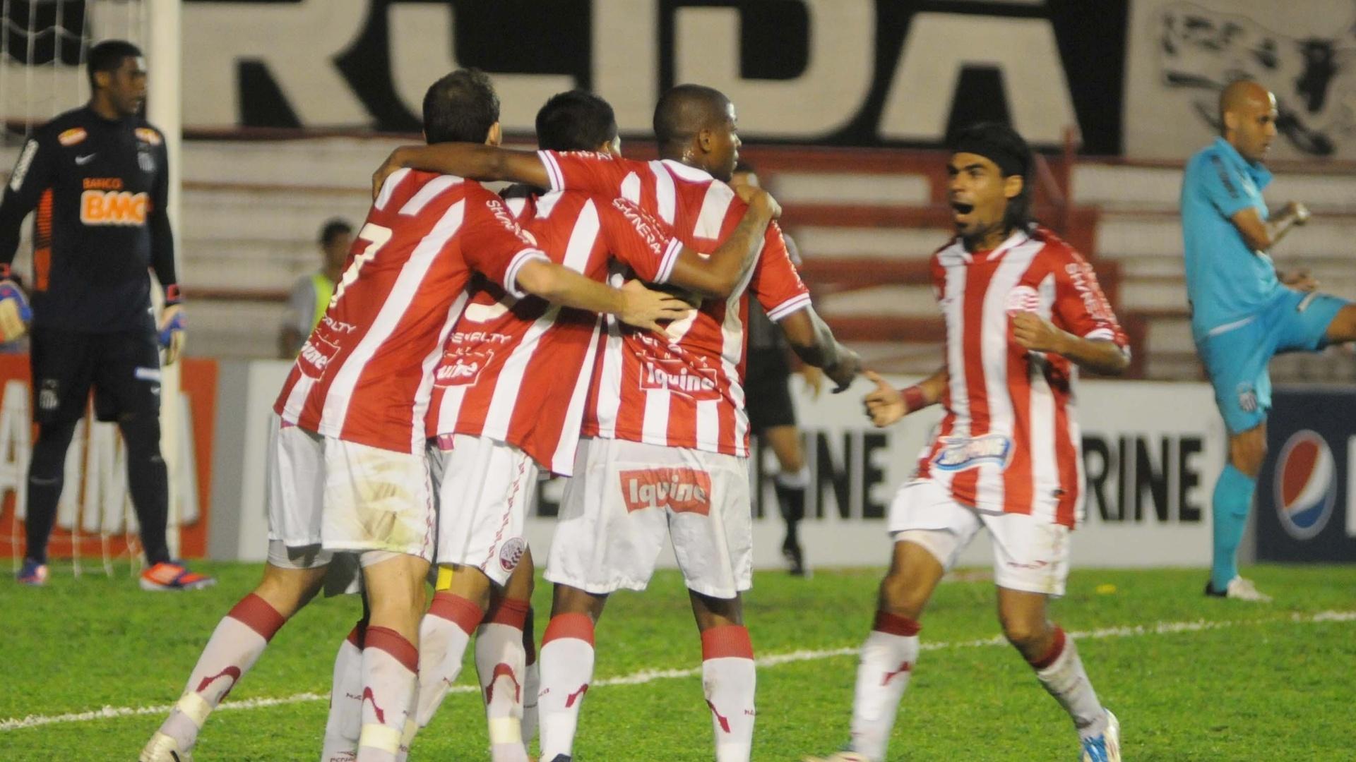 Atletas do Náutico comemoram gol na vitória do time por 3 a 0 em cima do Santos