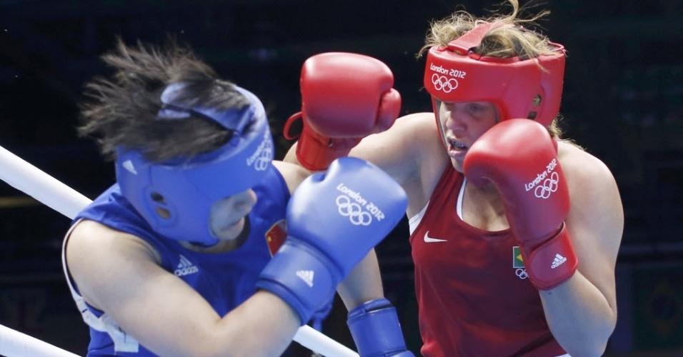 Brasileira Roseli Feitosa (de vermelho) tenta acertar golpe na chinesa Jinzi Li, em sua estreia na Olimpíada