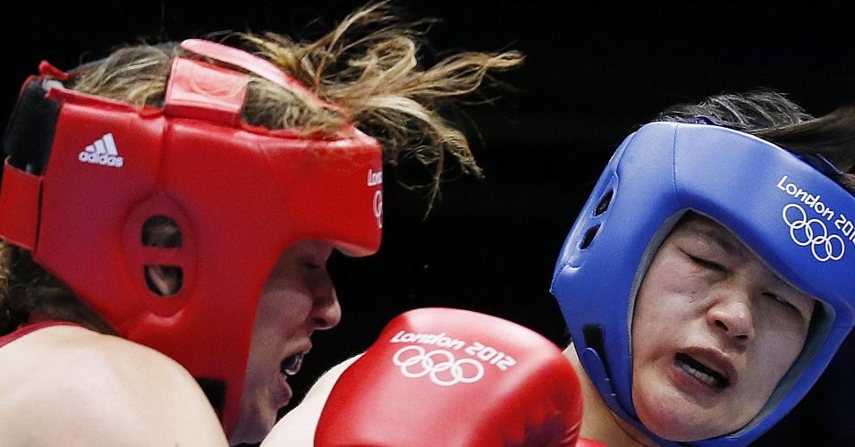 Brasileira Roseli Feitosa e chinesa Li (d) fazem careta durante momento franco na disputa das oitavas de final da categoria até 75 kg do boxe feminino