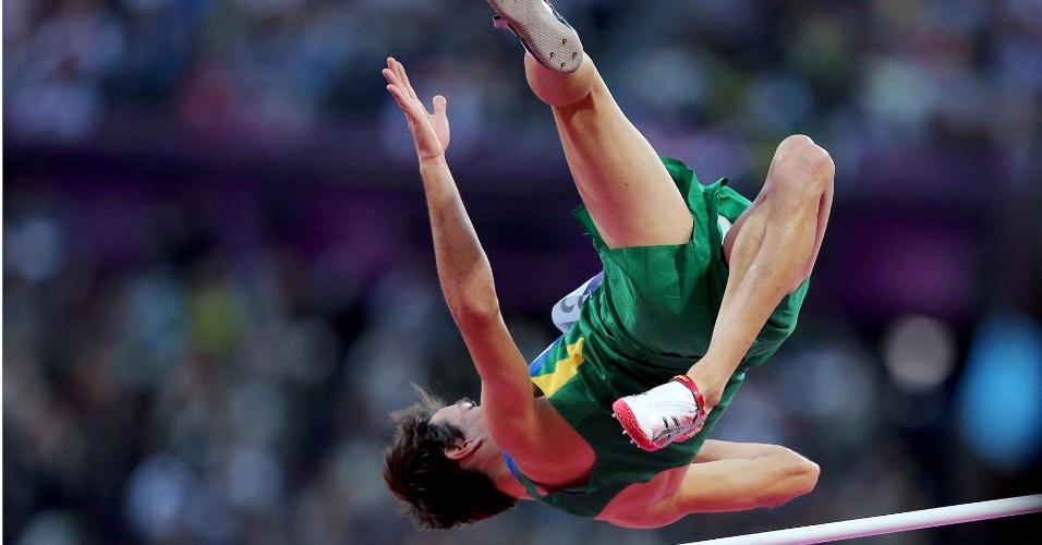 Brasileiro Guilherme Cobbo compete em eliminatória do salto em altura, neste domingo