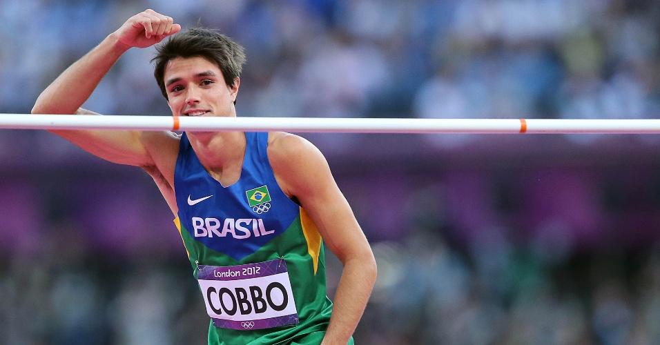 Brasileiro Guilherme Cobbo comemora após passar por barreira em eliminatória do salto em altura, neste domingo