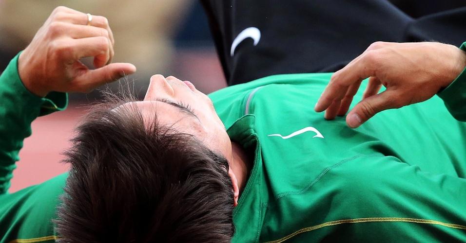Brasileiro Guilherme Cobbo faz aquecimento antes de eliminatória do salto em altura