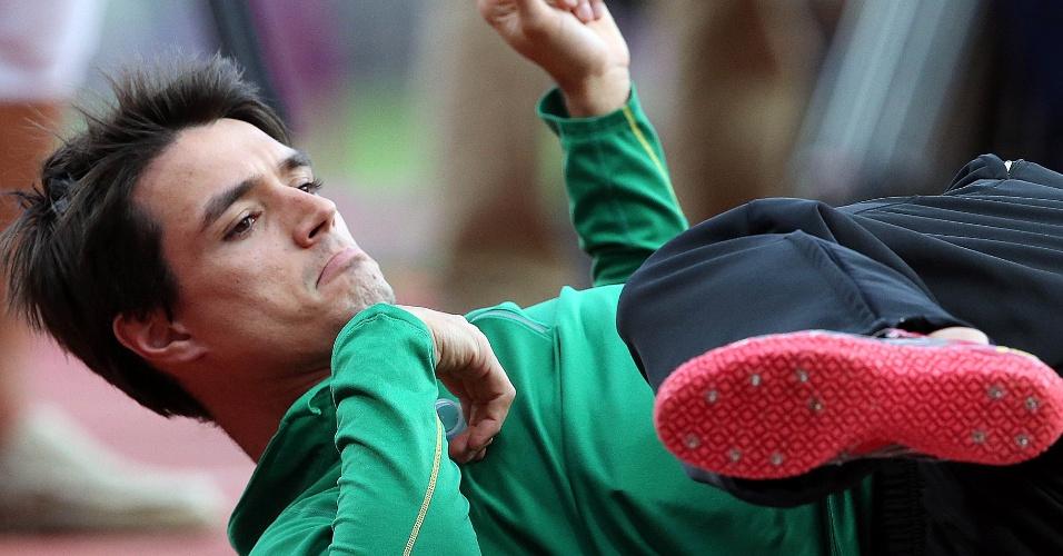 Brasileiro Guilherme Cobbo faz aquecimento antes de eliminatória do salto em altura, neste domingo
