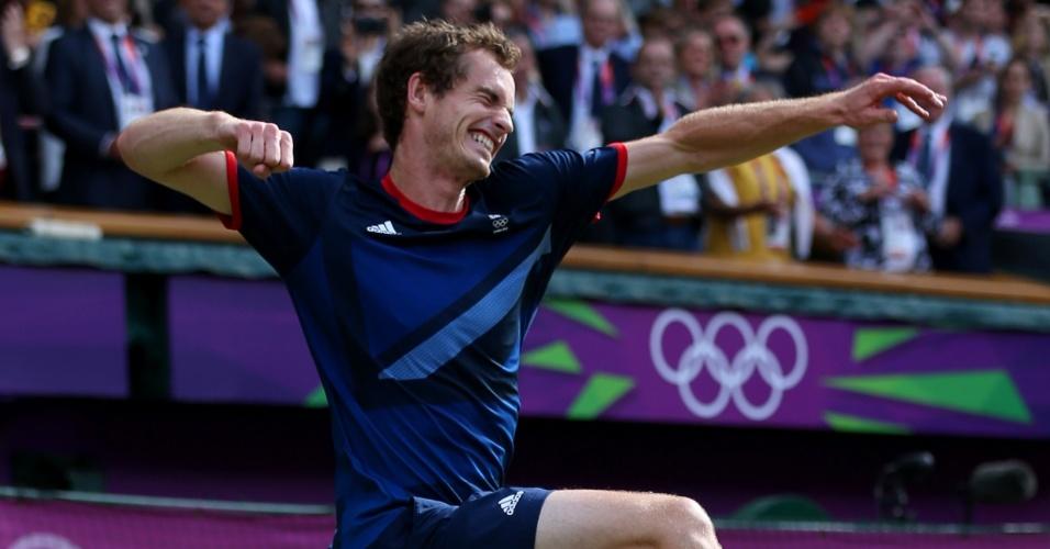 Britânico Andy Murray comemora a vitória sobre Roger Federer que lhe garantiu a medalha de ouro nos tênis olímpico