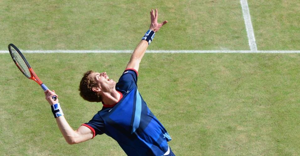 Britânico Andy Murray saca na final dos Jogos Olímpicos contra o suíço Roger Federer
