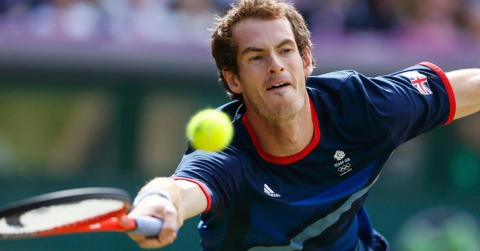 Britânico Andy Murray se estica para buscar a bola na final do tênis nos Jogos Olímpicos