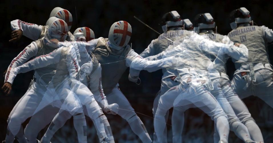 Britânico James-Andrew Davis, à esquerda, luta contra Alaaeldin Abouelkassem, do Egito, em prova da esgrima por equipes