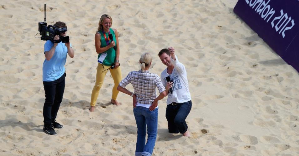 Britânico Tom Holt pede a eslovaca Elfi Czingeova em casamento na arena de vôlei de praia de Londres; ambos jogam na liga inglesa do esporte