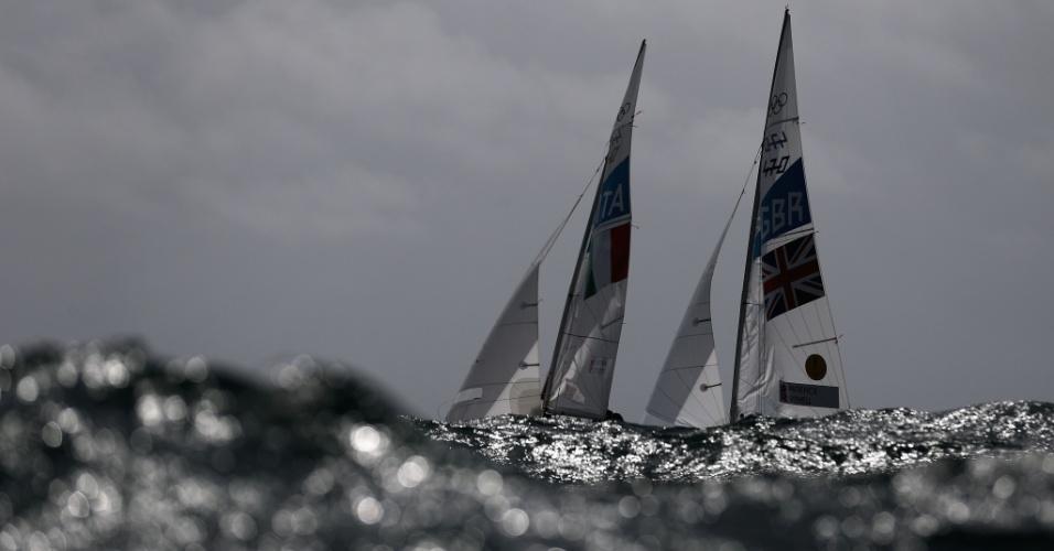 Britânicos e italianos competem lado a lado durante prova de iatismo da classe 470 (05/08/2012)