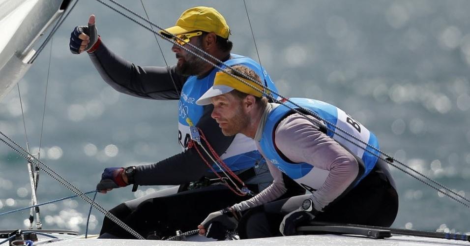Bruno Prada faz sinal de positivo ao lado de Robert Scheidt durante regata da medalha da Star