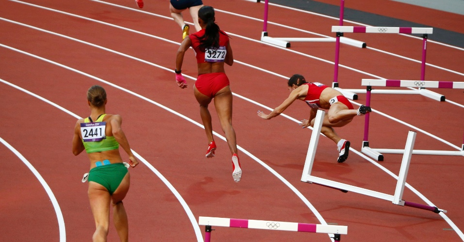 Búlgara Vania Stambolova tropeça durante bateria dos 400 m com barreira