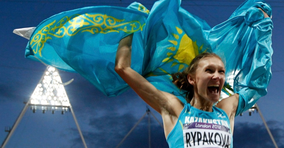 Cazaque Olga Rypakova celebra medalha de ouro em final olímpica do salto triplo