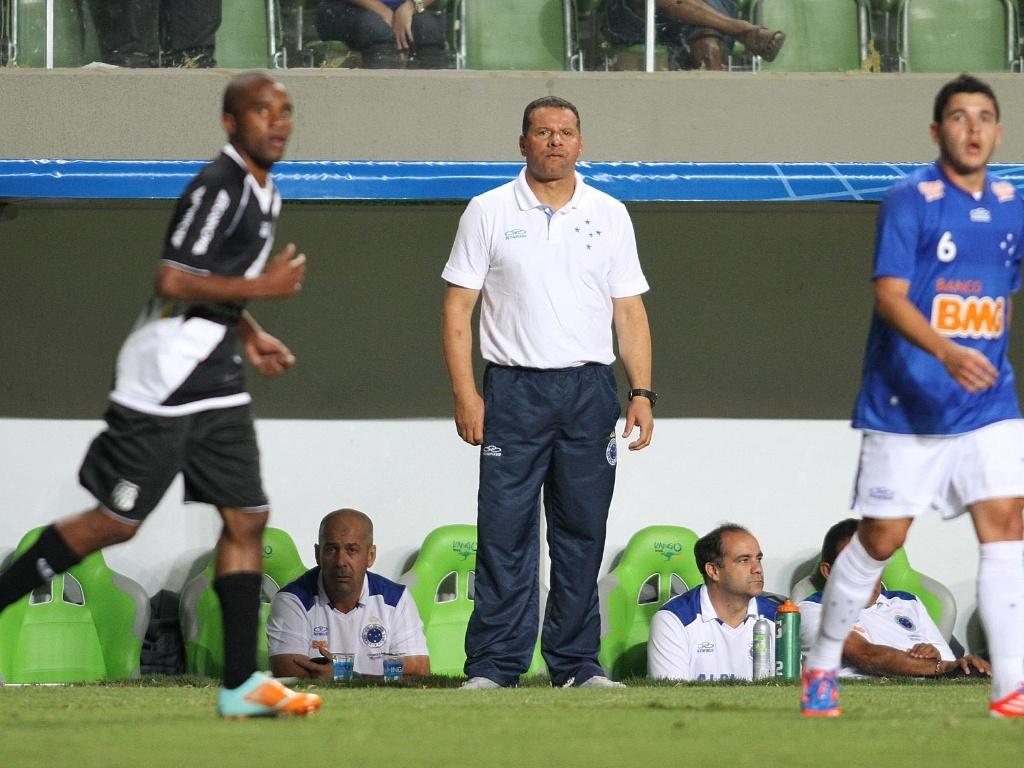 Celso Roth dá ordens para seus comandados no Estádio Independência