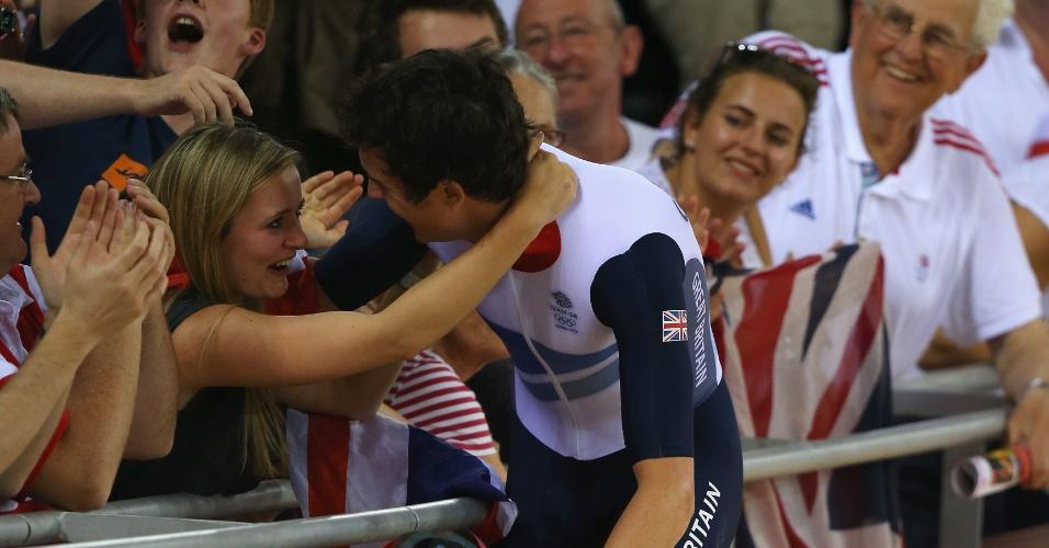Ciclista britânico Geraint Thomas comemora a medalha de ouro com um beijo na namorada (05/08/2012)