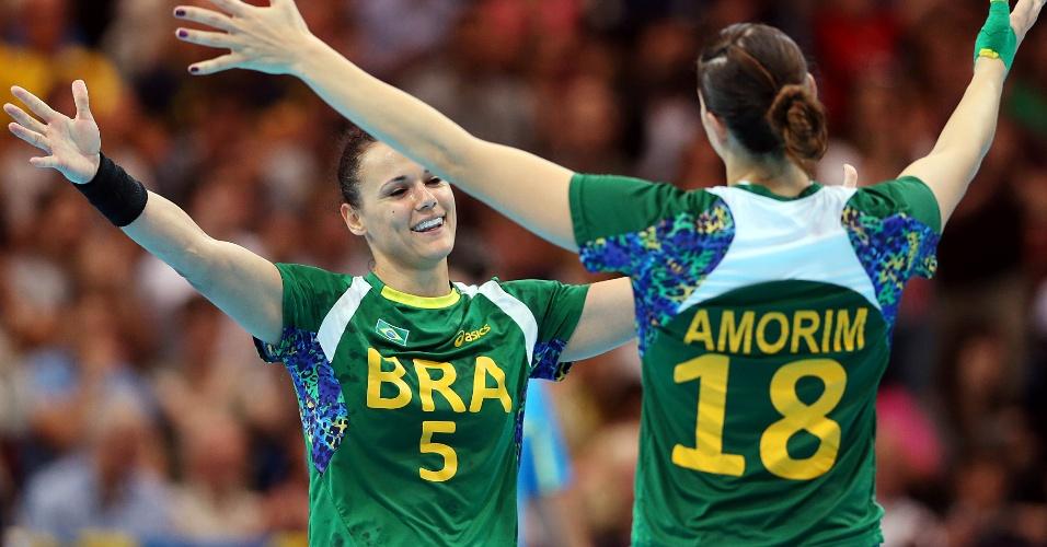 Dani Piedade (nº 5) e Duda Amorim comemoram vitória do Brasil
