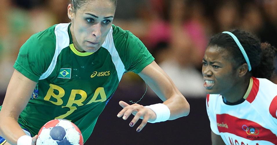 Dara, uma das estrelas da seleção feminina, tenta superar a marcação angolana