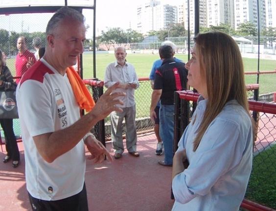 Dorival Junior e Patricia Amorim conversam antes de treino do Flamengo na Gávea