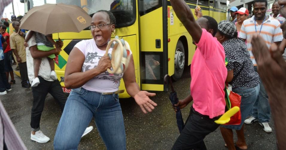 Em Kingston, jamaicanos comemoram vitória de Usain Bolt na final olímpica dos 100 m rasos