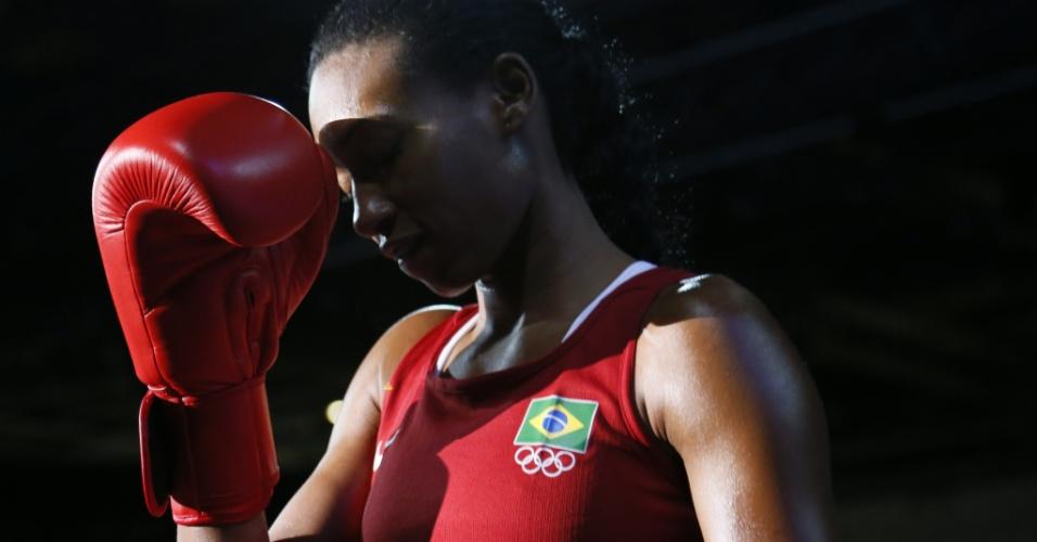 Erika Matos caminha para o ringue antes da estreia do boxe feminino brasileiro nos Jogos Olímpicos, no peso mosca