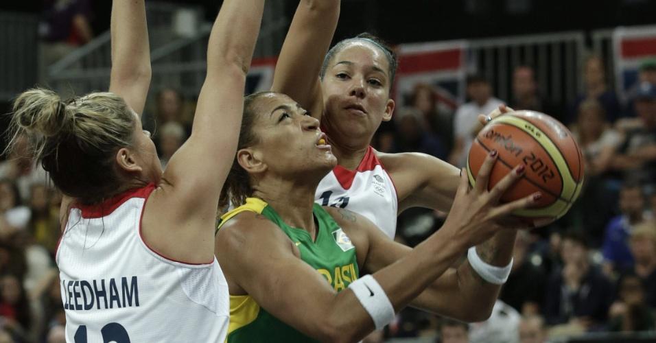 Érika tenta superar marcação dupla das britãnicas para arremessar durante a partida dos Jogos Olímpicos de Londres