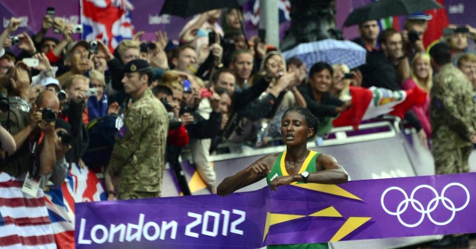 Etíope Tiki Gelana cruza a linha de chegada e ganha a medalha de ouro da maratona feminina