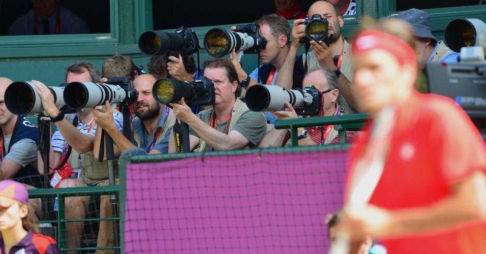 Fotógrafos registram a final do tênis masculino dos Jogos Olímpicos neste domingo, em Wimbledon